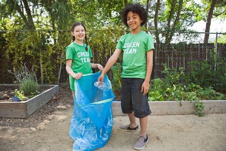 kids-cleaning-litter-garbage