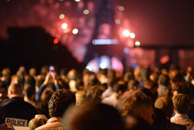 people-eiffel-tower-lights-night-crowd