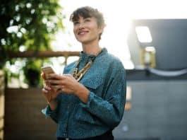 women-using-app-mobile