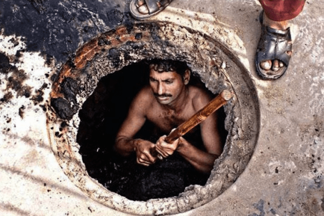 manual-scavenging-worker