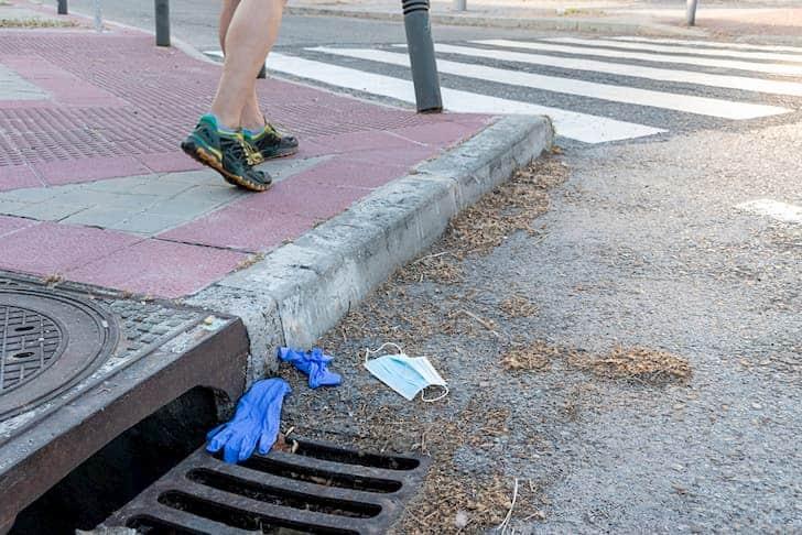 photo-medical-mask-gloves-thrown-street