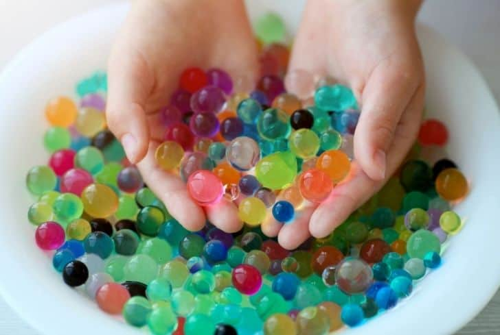 child-playing-with-orbeez