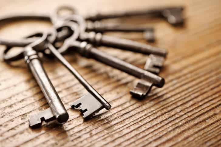 old-metal-keys-on-a-wooden
