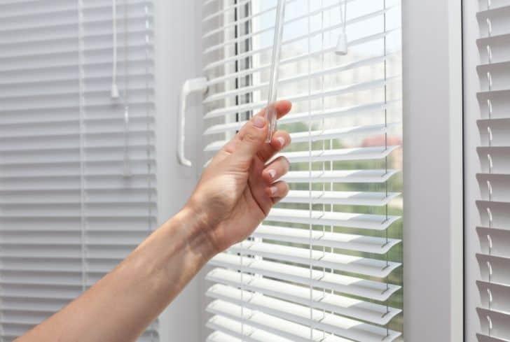 adjusting-the-blinds
